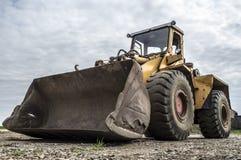 Gammal bulldozer på platsen Royaltyfri Foto