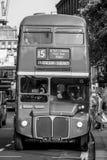 Gammal buss i staden av London - LONDON - STORBRITANNIEN - SEPTEMBER 19, 2016 Arkivfoto