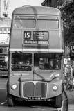 Gammal buss i staden av London - LONDON - STORBRITANNIEN - SEPTEMBER 19, 2016 Arkivfoton