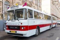 Gammal buss Ikarus 180 Fotografering för Bildbyråer
