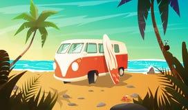 Gammal buss på stranden med surfingbrädan Royaltyfri Bild