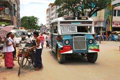 Gammal buss som kryssar omkring till och med gatorna av Yangon, Myanmar Fotografering för Bildbyråer