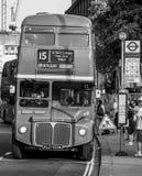 Gammal buss till Trafalgar Square i staden av London - LONDON - STORBRITANNIEN - SEPTEMBER 19, 2016 Arkivfoton