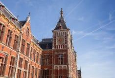 Gammal byggnad av den centrala järnvägstationen i Amsterdam Arkivbilder