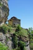 Gammal byggnad för byzantine för stenvägg i historiskt klosterkomplex arkivbild