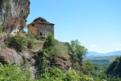 Gammal byggnad för byzantine för stenvägg i historiskt klosterkomplex royaltyfria bilder