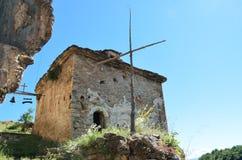 Gammal byggnad för byzantine för stenvägg i historiskt klosterkomplex arkivfoto
