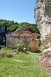 Gammal byggnad för byzantine för stenvägg i historiskt klosterkomplex arkivfoton