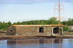 Gammal byggnad för förfall i havet Royaltyfria Foton