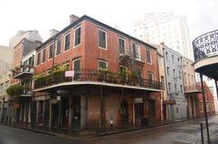 Gammal byggnad för röd tegelsten i News Orleans franska fjärdedel Fotografering för Bildbyråer