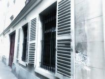 Gammal byggnad för tappningfönster på litet royaltyfri fotografi