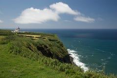 Gammal byggnad förbiser havet i Azoresna Arkivbild