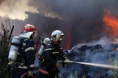 Gammal byggnad fullt ut som flammar Arkivfoton