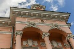 Gammal byggnad i den gamla mitten av staden Botosani royaltyfri foto