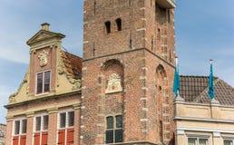 Gammal byggnad i den historiska mitten av Monnickendam Arkivbilder