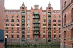 Gammal byggnad i det Hafencity lagerområdet i Hamburg royaltyfria bilder