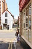 Gammal byggnad i lägre överbryggar gatan. Chester. England Arkivbild
