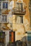 Gammal byggnad i Lissabon Arkivbild