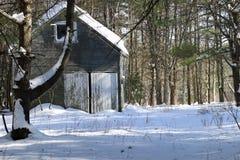 Gammal byggnad i snowen Fotografering för Bildbyråer