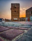 Gammal byggnad i solnedgång Arkivfoton