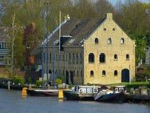 Gammal byggnad i staden av Dokkum, Nederländerna Royaltyfri Bild