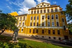 Gammal byggnad i staden Pecs av Ungern, höga Scool Loewey Klara Arkivbild