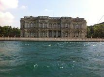 Gammal byggnad längs kanalen av Bosphorus Royaltyfri Foto