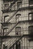 Gammal byggnad med den utomhus- trappuppgången Arkivfoto
