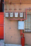 Gammal byggnad med elektriska askar Royaltyfri Bild