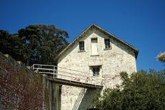 Gammal byggnad med en overklig dörr Arkivfoton
