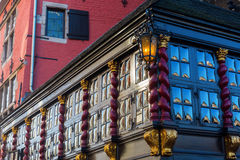 Gammal byggnad med glass fönster för krona i Aachen Fotografering för Bildbyråer