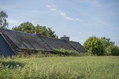 Gammal byggnad med kritiserar taket i Brittany, Frankrike, arkivfoto