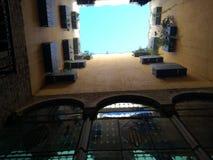 Gammal byggnad med kulört exponeringsglas Arkivbild