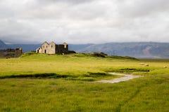 Gammal byggnad med liten liten vik i Island Arkivbilder