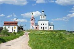 Gammal byggnad och ortodox kyrka på kullen Royaltyfria Foton