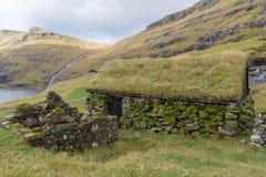 Gammal byggnad på den gamla lantgården Dúvugarðar i Saksun, Faroe Island, Danmark Arkivfoto
