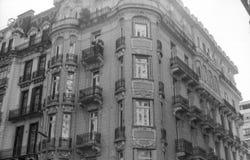 Gammal byggnad på ett hörn i svartvitt Royaltyfria Foton