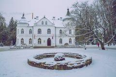 Gammal byggnad på Lettland, stad Baldone Vinter, ny luft och snö royaltyfri foto