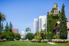 Gammal byggnad på Sanen Jose State University på en härlig solig dag Arkivbilder
