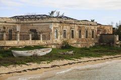 Gammal byggnad på kusten av ön av Moçambique Royaltyfria Bilder