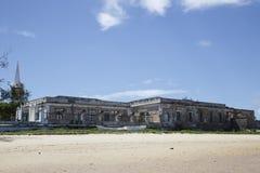 Gammal byggnad på kusten av ön av Moçambique Royaltyfri Foto