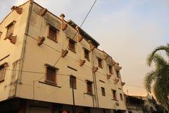 Gammal byggnad som är fortfarande robust royaltyfria foton