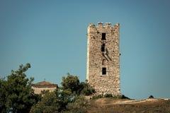 Gammal byggnad som göras ut ur tegelstenar eller stenar, himmelbakgrund Begrepp för kulturellt och arkitektoniskt arv forntida te Royaltyfri Bild