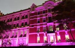 Gammal byggnad som tänds i rosa färger Royaltyfri Foto