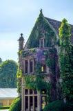 Gammal byggnad stiliserade för den historiska slotten, karakteristisk turr Royaltyfri Foto