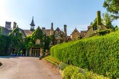 Gammal byggnad stiliserade för den historiska slotten, karakteristisk turr Arkivfoton