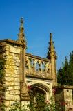 Gammal byggnad stiliserade för den historiska slotten, karakteristisk turr Royaltyfria Bilder