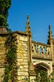 Gammal byggnad stiliserade för den historiska slotten, karakteristisk turr Royaltyfri Bild