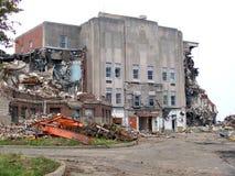 Gammal byggnad väntar på för att demoleras royaltyfri fotografi