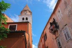 Gammal byggnader för Zadar Kroatien och St Simon (Sveti Simum) kyrka royaltyfria foton